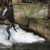 Eisbach surfing in Munich